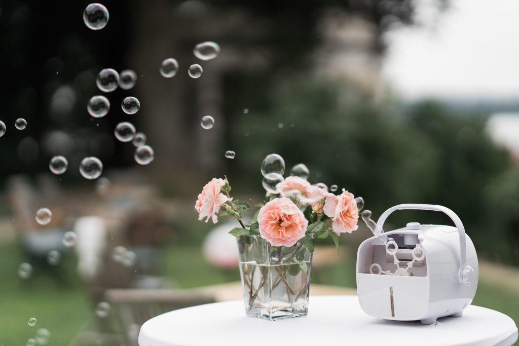 weiße Seifenblasenmaschine mit zwei Modi zum Einstellen, Bedienung per Hand